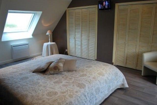 Une des chambres de notre location haut de gamme près de Saint-Vaast-la-hougue