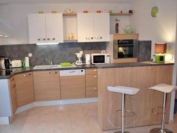 La cuisine ouverte sur la salle de séjour et salon