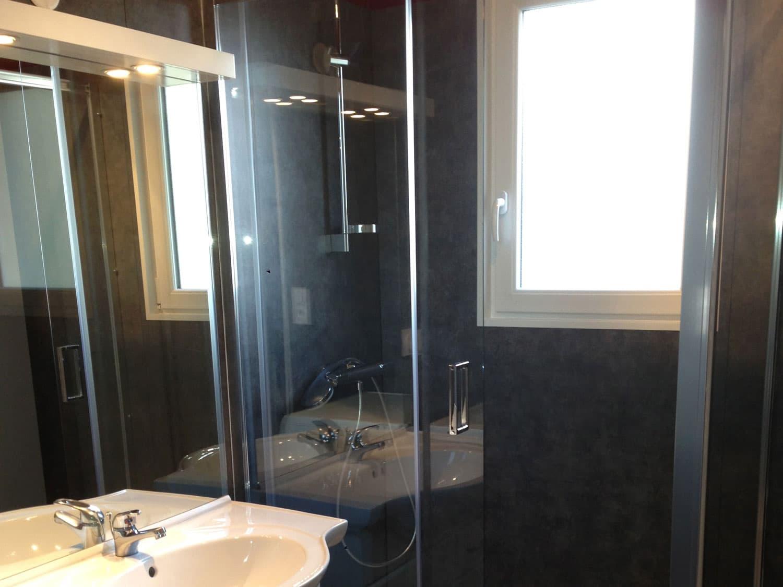 La salle de bain nouvellement réaménagée