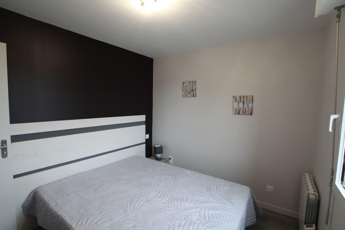 Une des deux chambres dans un environnement calme comme l'ensemble de la maison