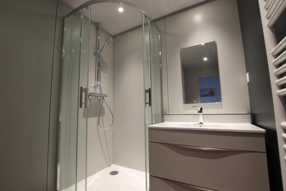 salle de bain équipée d'une large douche